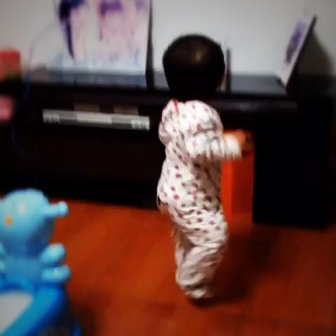 """很久以前的一段跳舞视频,那时候刚学会走路,听到电视"""""""