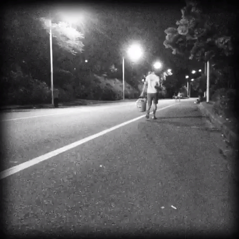 一个人走路孤独背影男