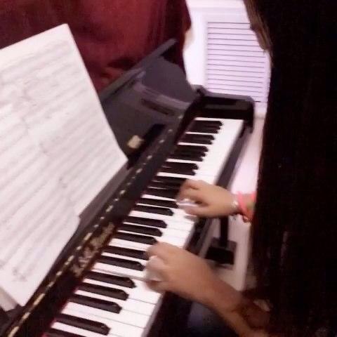 弟弟教我弹钢琴,好难,手好笨,只能弹一首儿歌图片