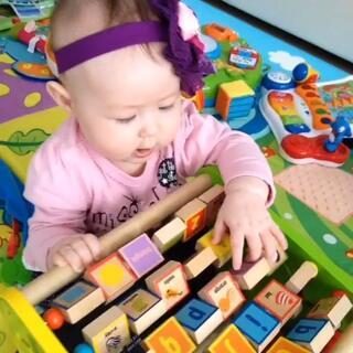 #宝宝#把三角型玩具搬倒了