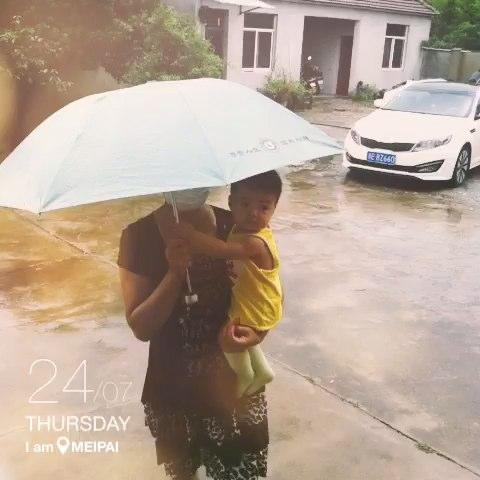 最喜欢下雨天,因为可以撑伞!
