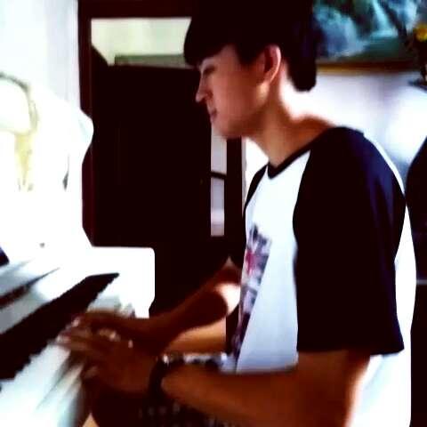 男生弹钢琴图片