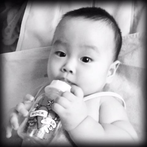 爱喝水的小孩!