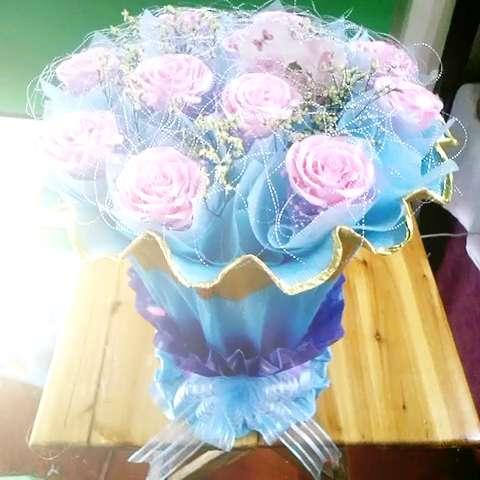 粉粉爱#11朵粉玫瑰花束包装①把花泥用塑料袋包好②