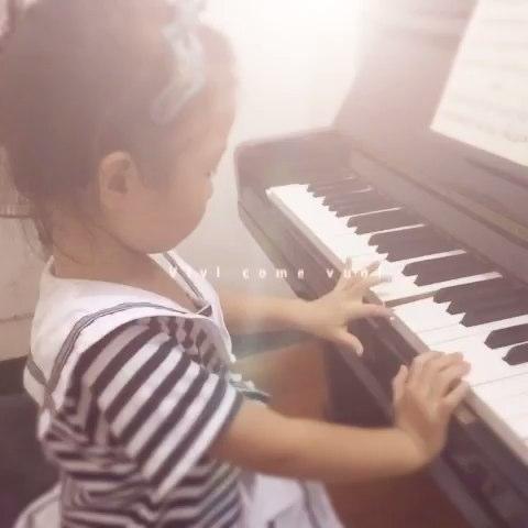 手指在钢琴上跳舞