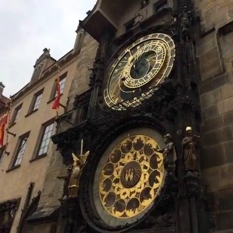 布拉格广场整点的钟声和等待的人群