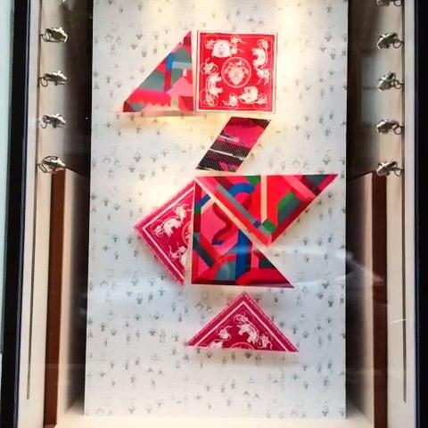 喜欢这个爱马仕的丝巾橱窗设计,好用心.