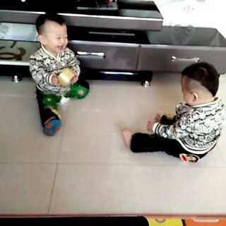 两宝贝玩的超开心,老二没鞋穿了,四双鞋都给湿了,#今天穿这样##笑声大赛#