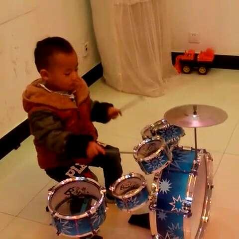 宝宝第一次敲架子鼓!有模有样吧!