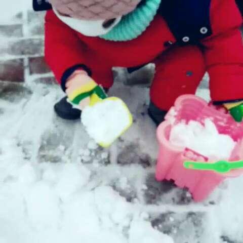 小孩儿玩雪图片
