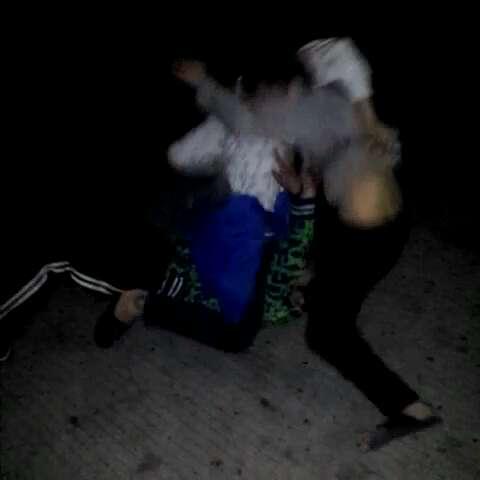 小学生打架.