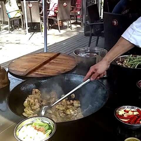 柴火鸡与米饭的制作过程