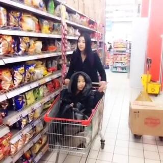 逛超市(上)😄 #搞笑# @N女皇. 你要啥? @张美美z 你笑啥?