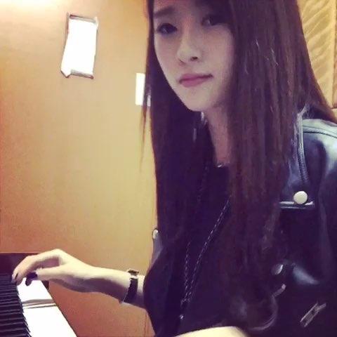 """钢琴自学菜鸟 别在意我的手型 我知道真的很难看 """""""