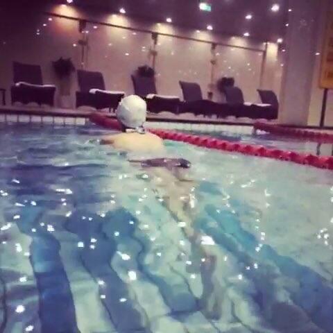 肖宾馆是憋气式游泳,我是水下吐泡式游泳哈哈偷拍图美女美女图片