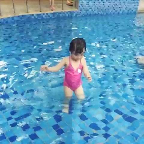 秋雅泳池出来剧照