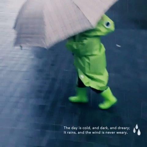 下雨天,穿雨衣还要打伞!
