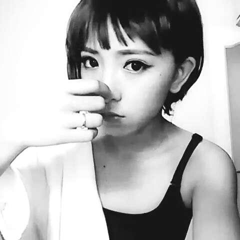短发女生##晚安##黑白微拍图片