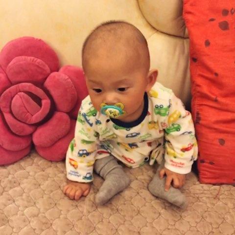 小宝宝六个月大了,最近发现她的头有点向左歪,从后面看脖子也是图片