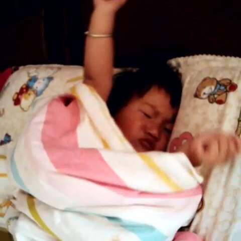 小宝贝起床了图片