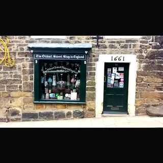 Pateley Bridge 有間全世界最古老的糖果屋,從1827年營業至今,每週一、二休息,因為去找 Mr. Willy Wonka 補貨囉 ✌ #mochatogo##旅行##英國##全世界最老的糖果屋##世界那麼大#