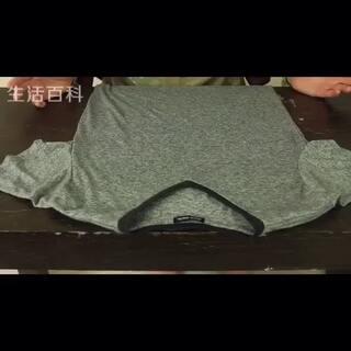 超级节省空间的T恤折叠法,旅行的时候这么叠也很合适。还有一个好处就是每次找衣服翻柜子的时候不会把折好的衣服搞乱了#生活百科##涨姿势#