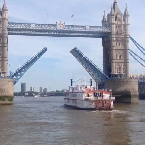 伦敦塔桥可以分开升起