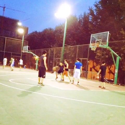 打篮球的男生最帅