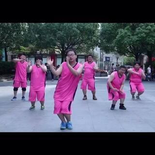 #全民来甩脂#一群可爱的粉红胖几组团来袭,这是要逆袭广场舞大妈的节奏啊!中间那位太妖娆~简直领舞担当!胖几都跳起来了,你还敢坐着?👊