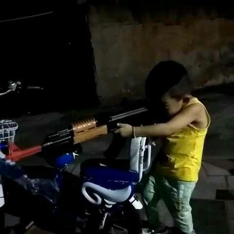 """来看看我拍的视频:""""就喜欢枪,飞机,大炮;兵哥"""