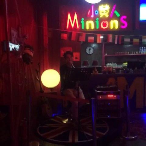 酒吧唱歌矢量图