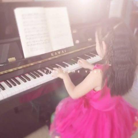 弹钢琴的小女孩!