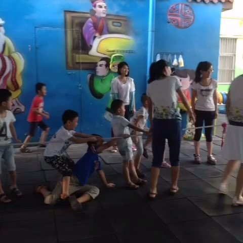 红蕾幼儿园的拔河比赛