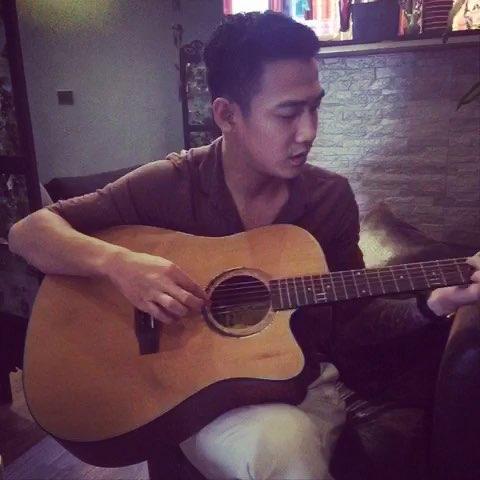看帅哥弹吉他