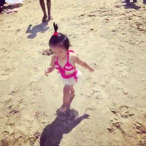 宝宝在海边##奔跑吧