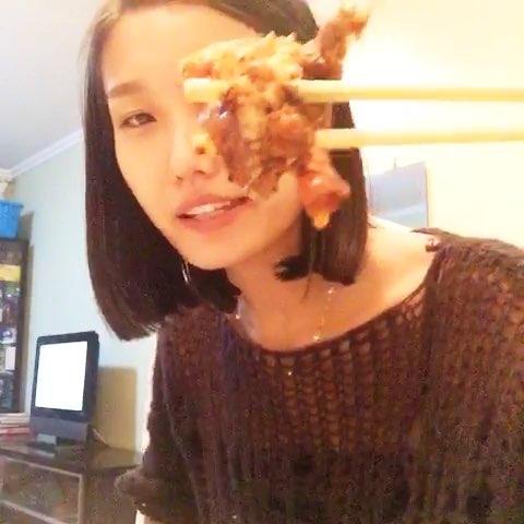 """#吕颖陪你吃吃吃##直播吃饭#今天有朋友做饭吃,啦啦"""""""