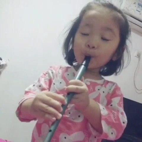 宝宝秀#吹笛子和传授吹笛子的小妞