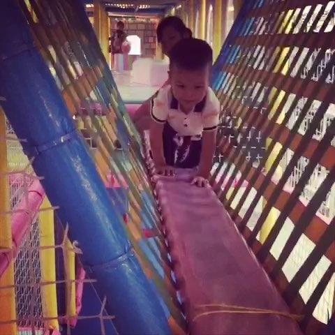 不敢走独木桥的小孩