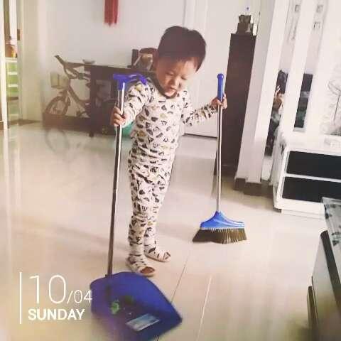 妈妈拖地宝宝扫地