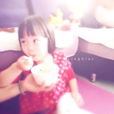 小朋友吃饭饭图片