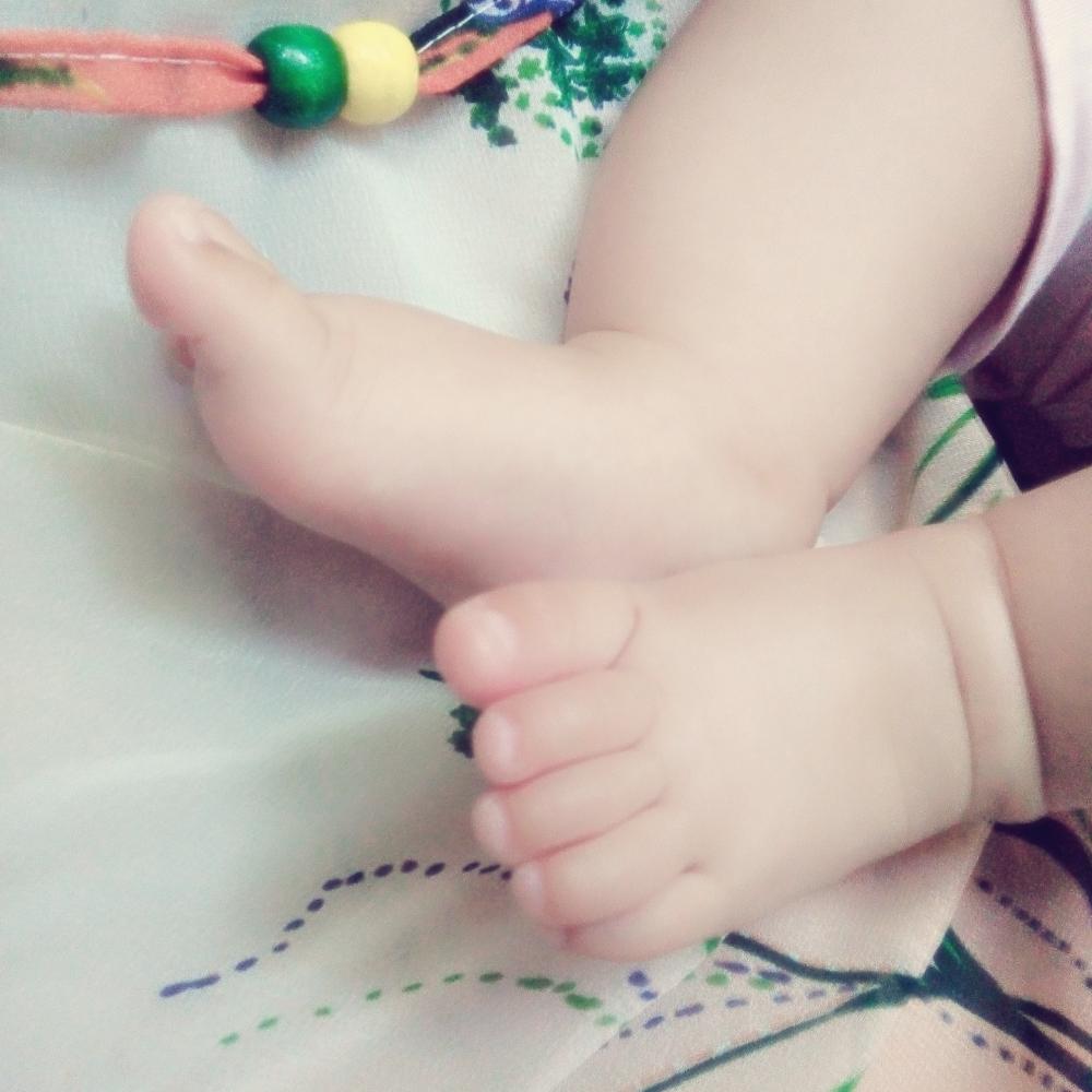 宝宝的萌脚丫