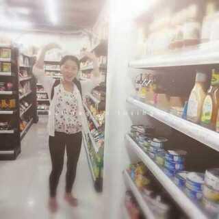 #在超市常干的事#当然是拍恶搞视频啦!不过那群会玩的小伙伴不在身边,我一个人恶搞不起来。