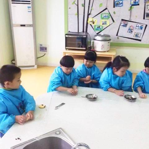 幼儿园里一起制作南瓜饼,孩子们好喜欢