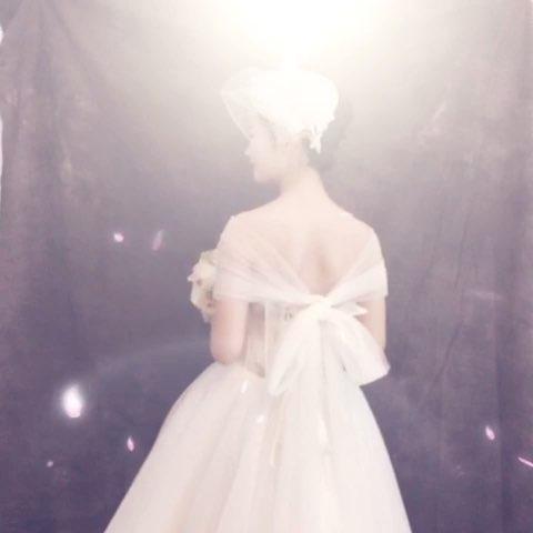 新娘喜欢欧式的感觉,从婚纱礼服到头饰发型