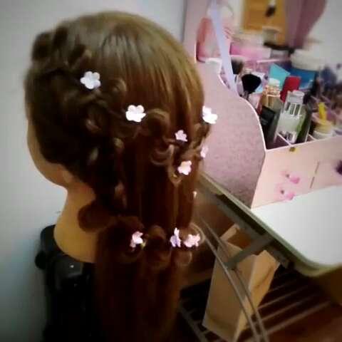 简单的花环式新娘编发,仙得不要不要的喜欢的记得给我点赞哦!