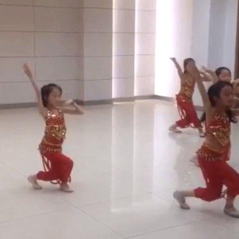 我爱舞蹈舞蹈爱我#5个小女孩跳(新疆舞)给个鼓励点个赞呗图片