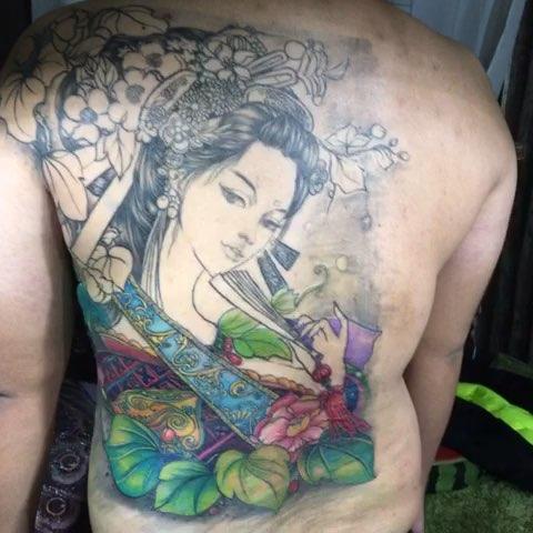 """来看看我拍的视频:""""艺伎纹身"""