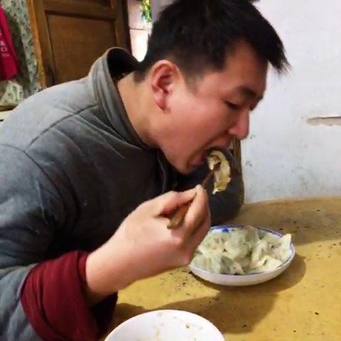 一家人在一起吃饺子!好幸福哦!你吃了吗?