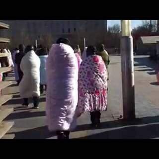 天气太冷,裹棉被出门!!!#晚上约约约#