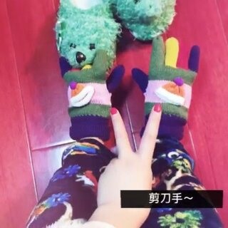 #把手套套在脚上#嘎嘎嘎…这两副手套可是我的最爱哦😂亲、你喜欢😻吗?…点赞告诉我🙈